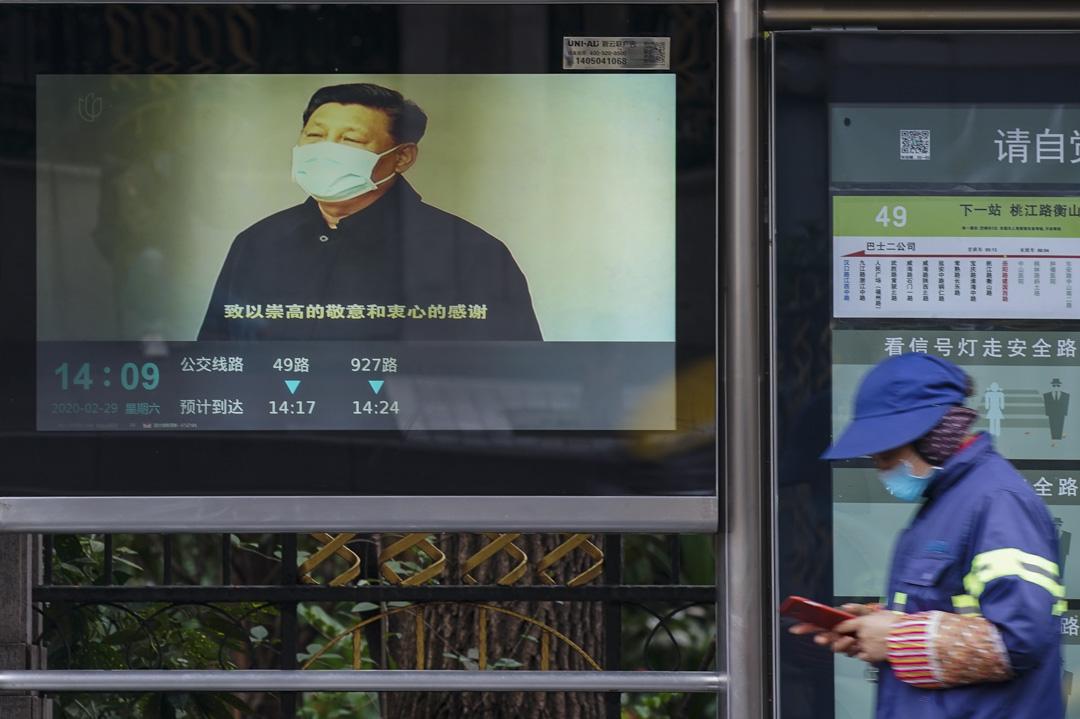 2020年2月29日,上海一個公車站播放著習近平的講話片段。