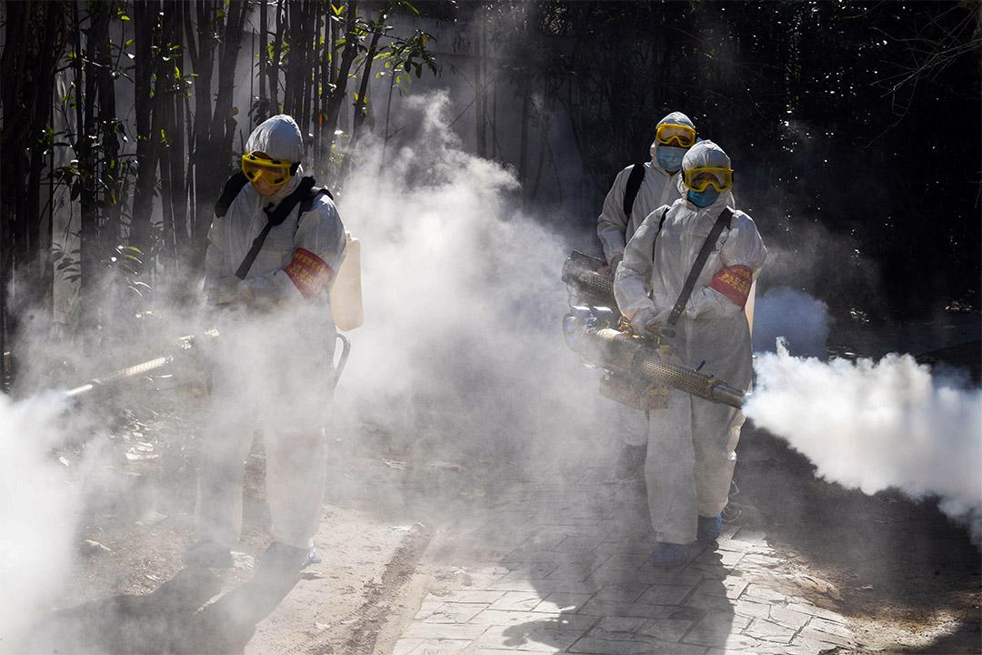 2020年2月18日中國安徽毫州,防疫人員正在噴灑消毒劑,以預防新型冠狀病毒擴散。