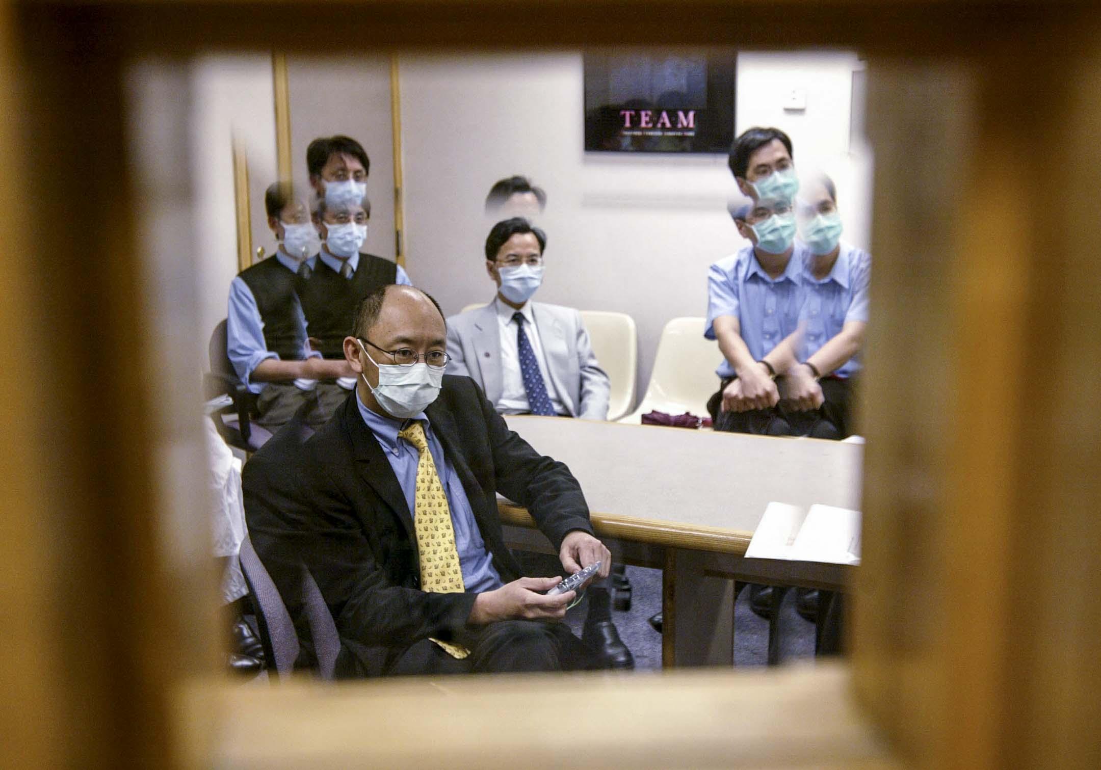 2003年5月6日,香港威爾斯醫院的醫護正在開會,香港中文大學醫學院院長鍾尚志與其他醫生討論沙士疫情發展。 攝:Martin Chan/South China Morning Post via Getty Images