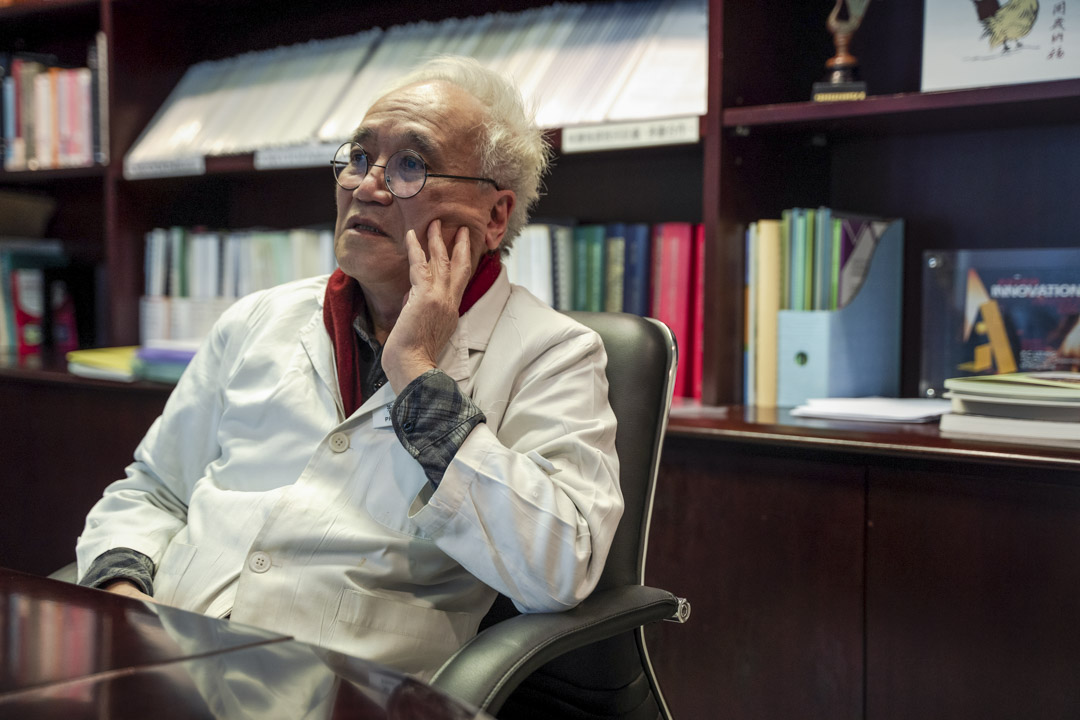梁秉中醫生。