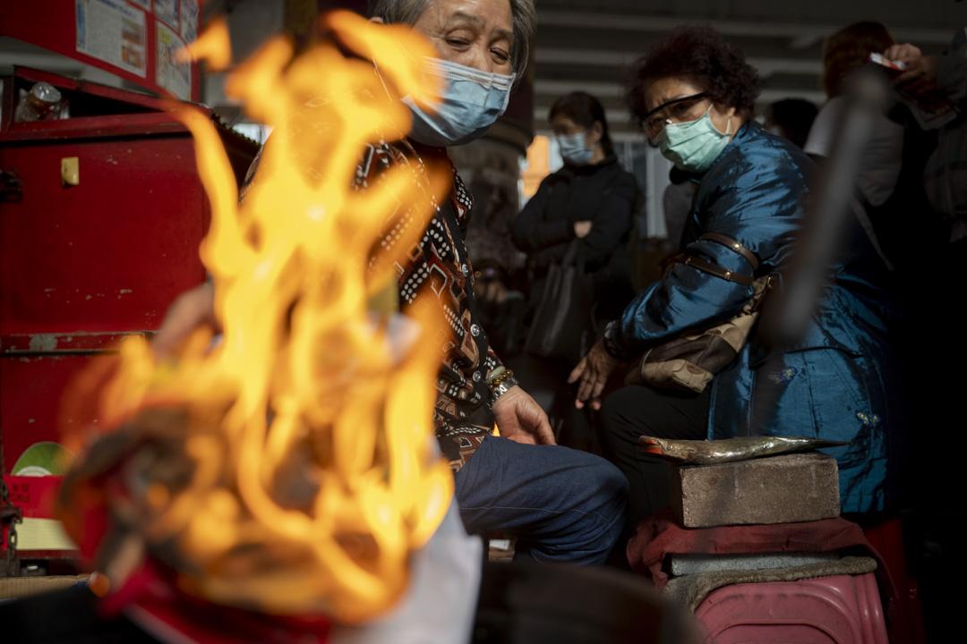 2020年3月5日「驚蟄」,香港鵝頸橋一帶有大量市民「打小人」。 攝:林振東/端傳媒