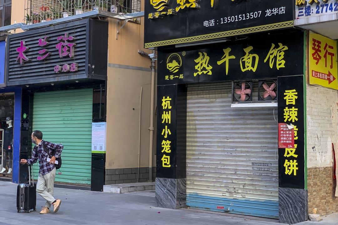 3月下旬,不少工人已經從外地回到三和,商店還沒有營業。
