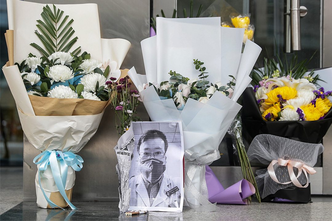 2020年2月7日,湖北省武漢市的醫院放著已故眼科醫生李文亮的照片和鮮花。