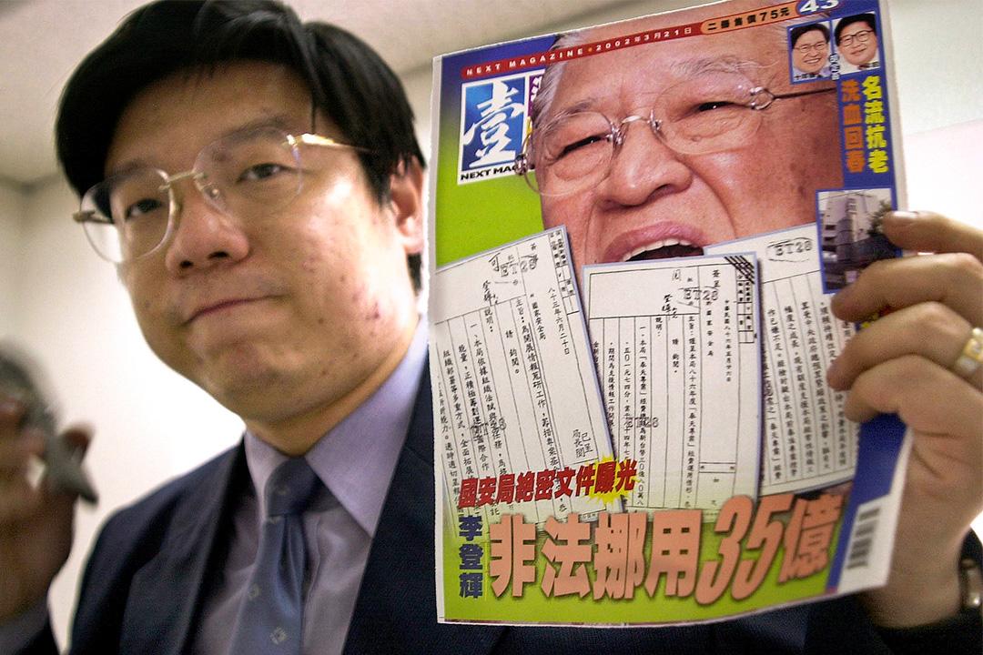 2002年3月20日,台灣壹周刊雜誌主編向媒體展示了最新的雜誌封面。