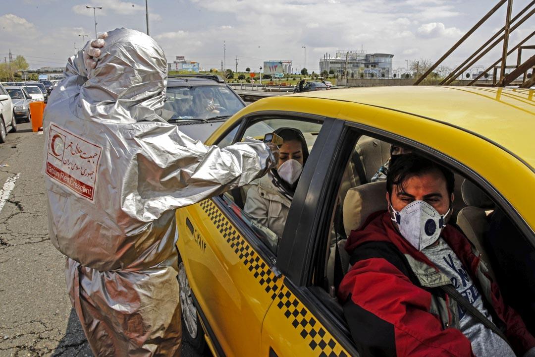 2020年3月26日,伊朗政府封鎖德黑蘭周圍的公路,政府成員檢查每輛車乘客,對新冠狀病毒症狀進行測試。