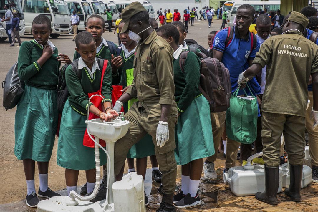 2020年3月13日,盧旺達首都基加利一所中學的學生在回家前洗手。
