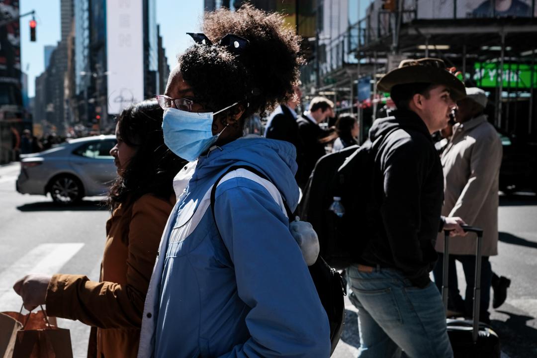 紐約曼哈頓的街頭上,一名女子戴著口罩。