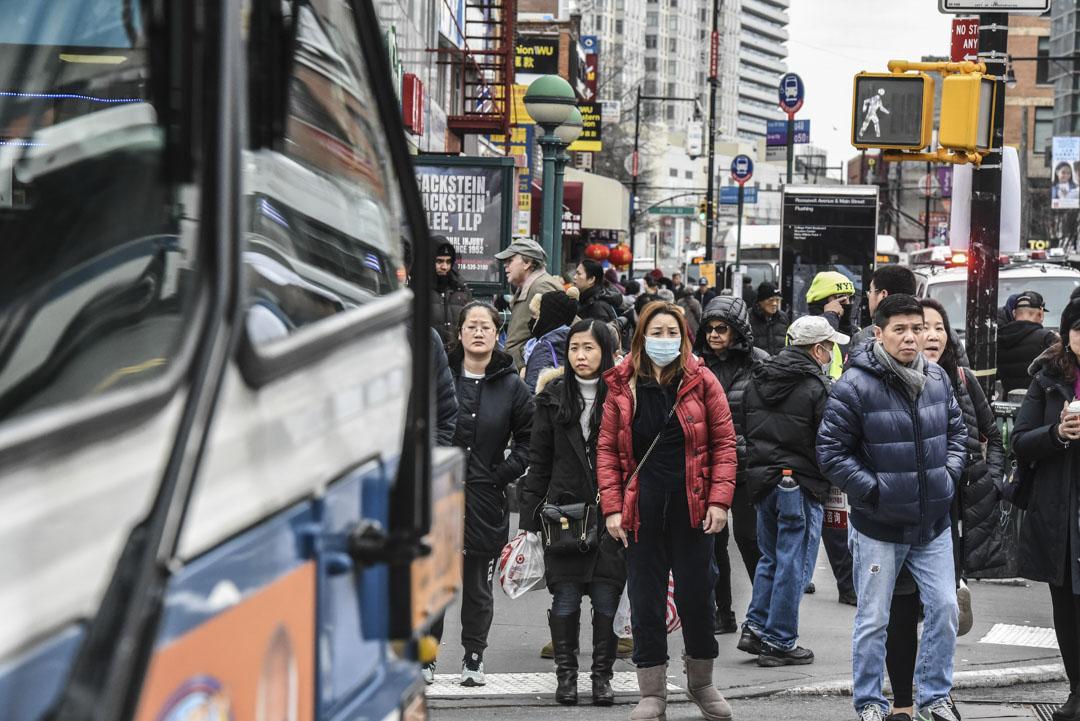 2020年2月5日,美國紐約法拉盛的街道上,戴著口罩的行人在街上行走。