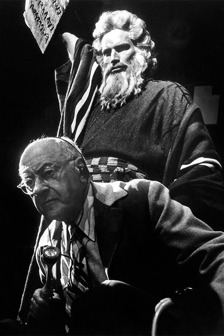 美國演員Charlton Heston與導演Cecil B. DeMille在一起拍攝電影《十誡》。