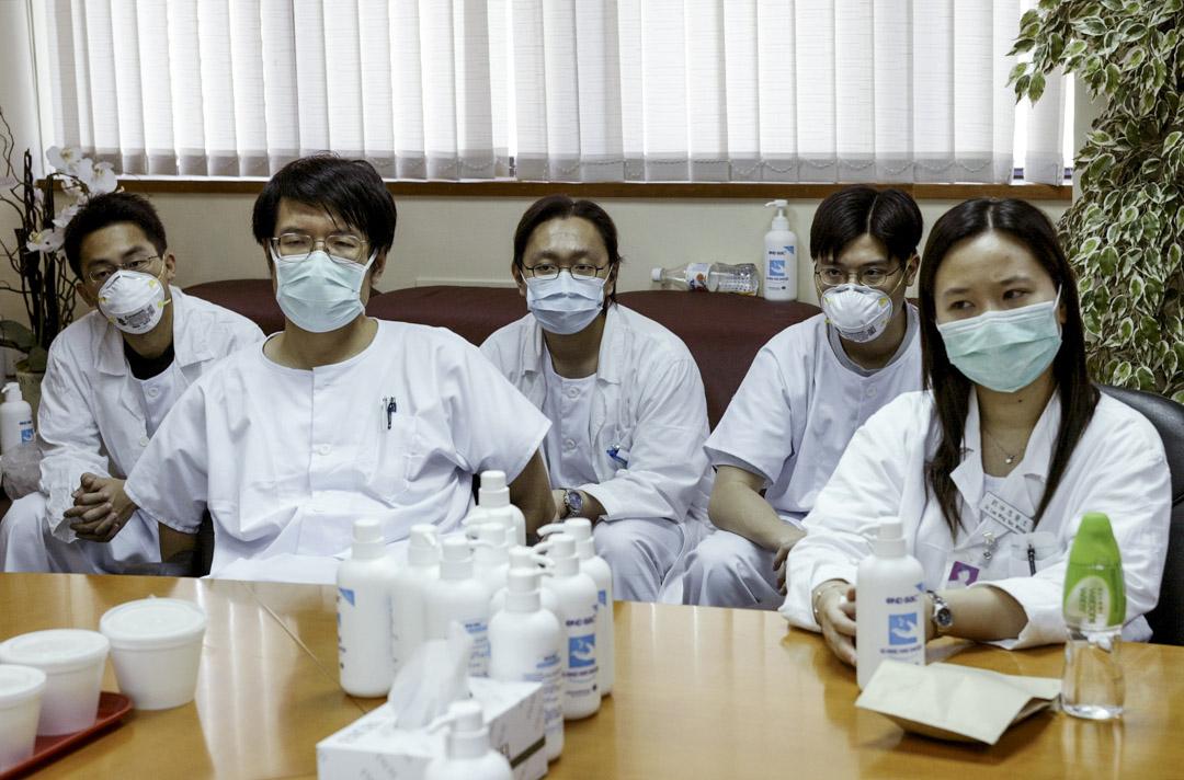 2003年4月23日,威爾斯親王醫院的醫務人員於每天的例會商討SARS疫情。