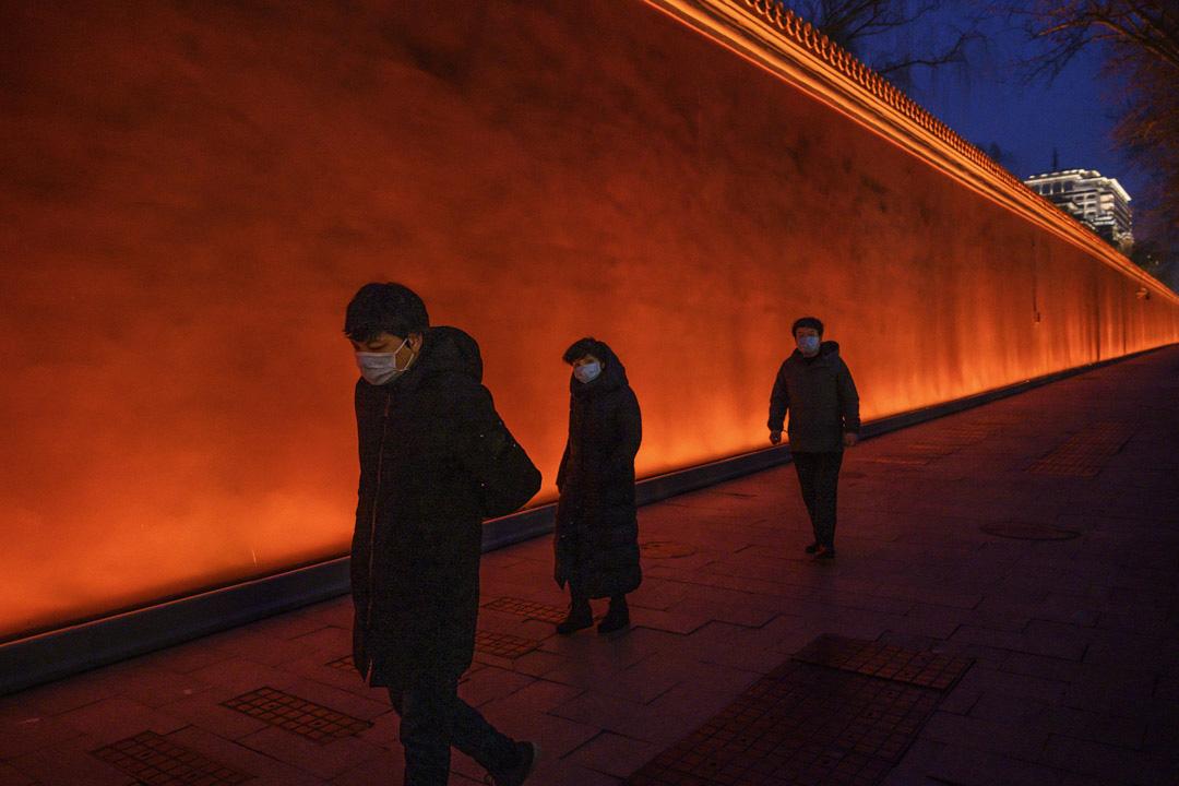 2020年2月28日北京,市民戴著口罩走在天安門廣場附近。