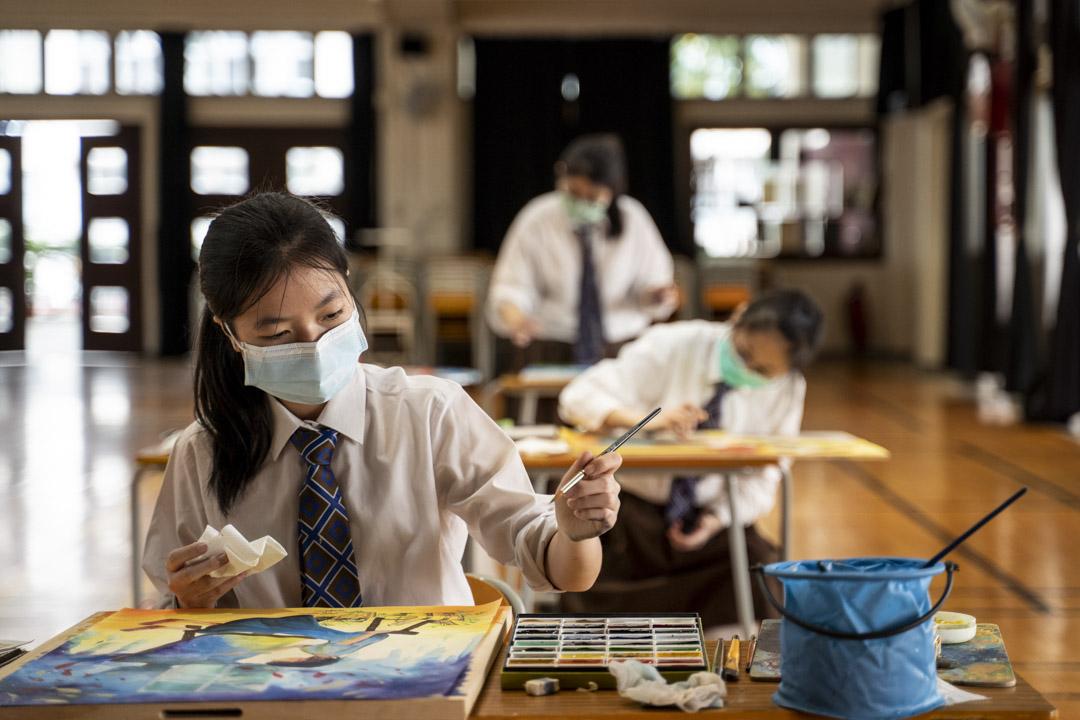 2020年3月9日,銘基書院,中學文憑試(DSE)考生在禮堂參加視覺藝術科模擬考試。 攝:林振東/端傳媒