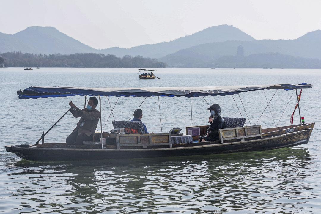 2020年2月23日,遊客乘坐人力手划船泛舟遊覽杭州西湖。