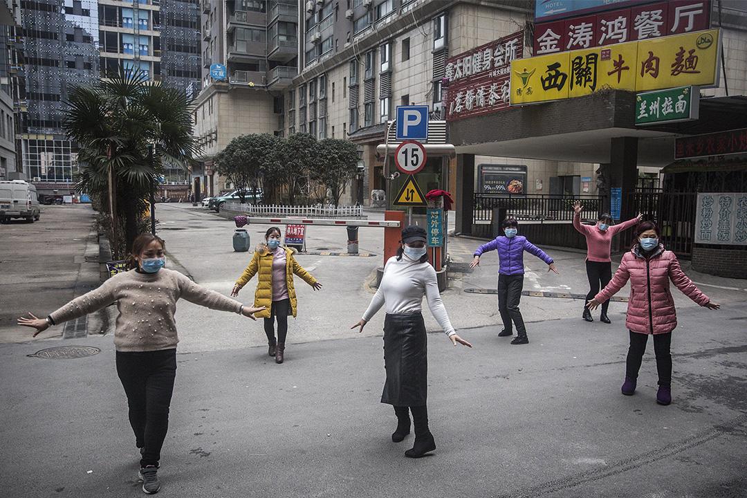 2020年1月27日,中國武漢市一群婦女戴著口罩跳舞。