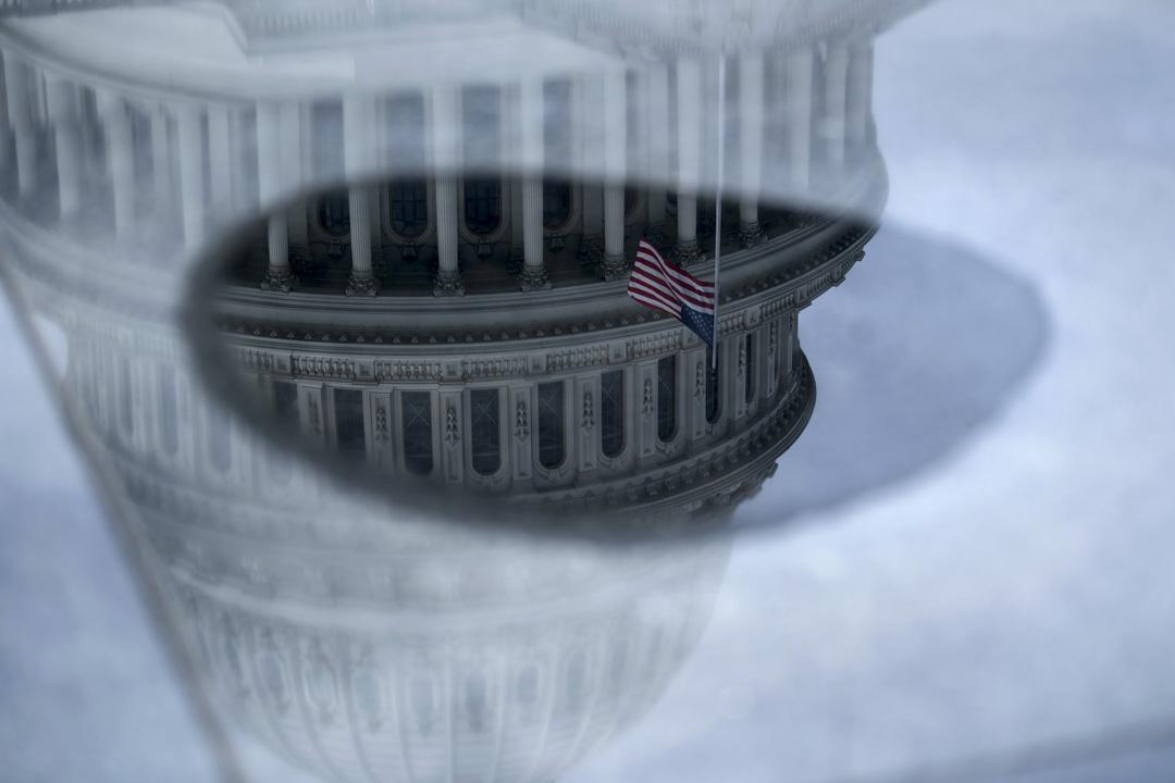 2020年3月24日,美國華盛頓的國會山莊反映在水中。 攝:Brendan Smialowski/AFP via Getty Images
