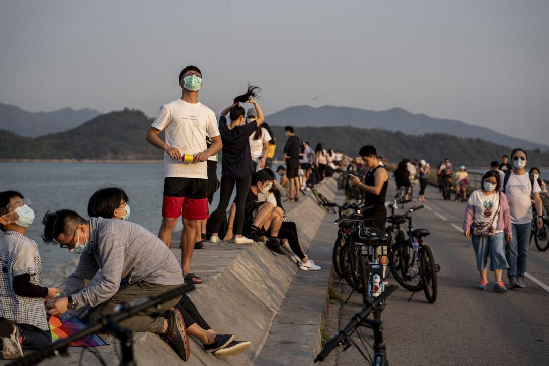 2020年3月22日,船灣郊野公園有眾多市民郊遊,不少人都戴上口罩作預防。