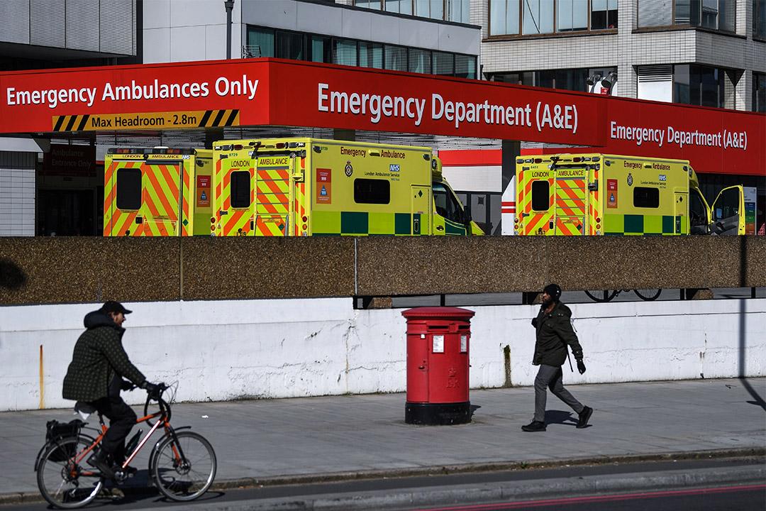 2020年3月23日英國,人們經過倫敦市中心聖托馬斯醫院急診室。