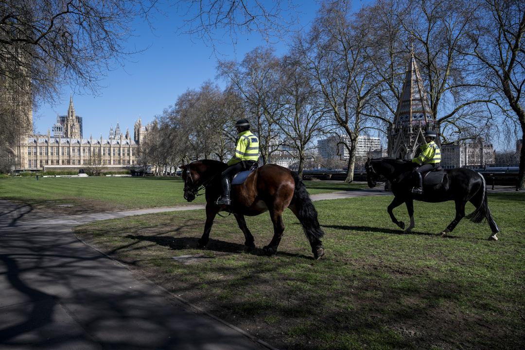 2020年3月25日,英國倫敦的警察正在國會大樓附近巡邏。