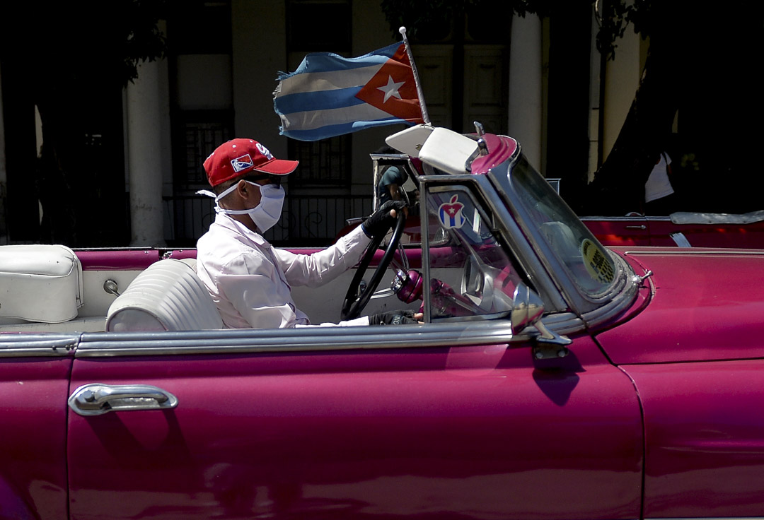 2020年3月19日,古巴夏灣拿一名的士司機戴著口罩。