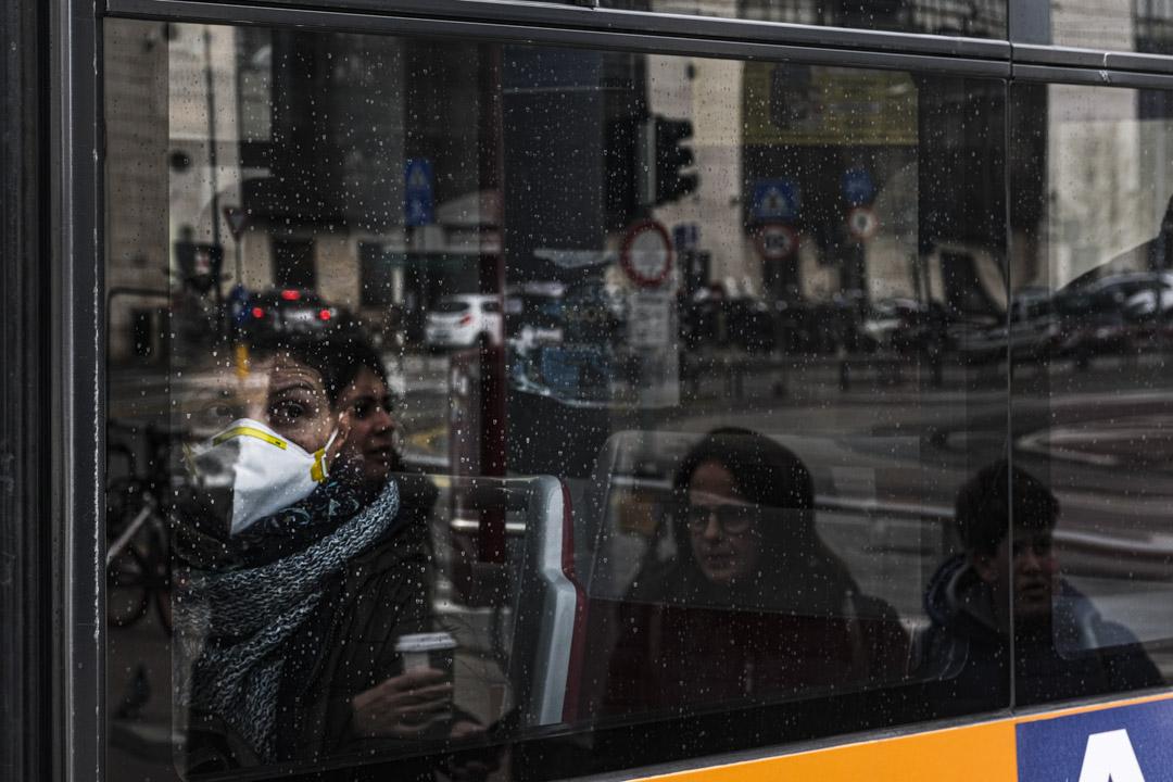 2020年2月24日,意大利帕多瓦(Padova)的公共汽車和火車站的遊客和市民都戴著防護口罩。
