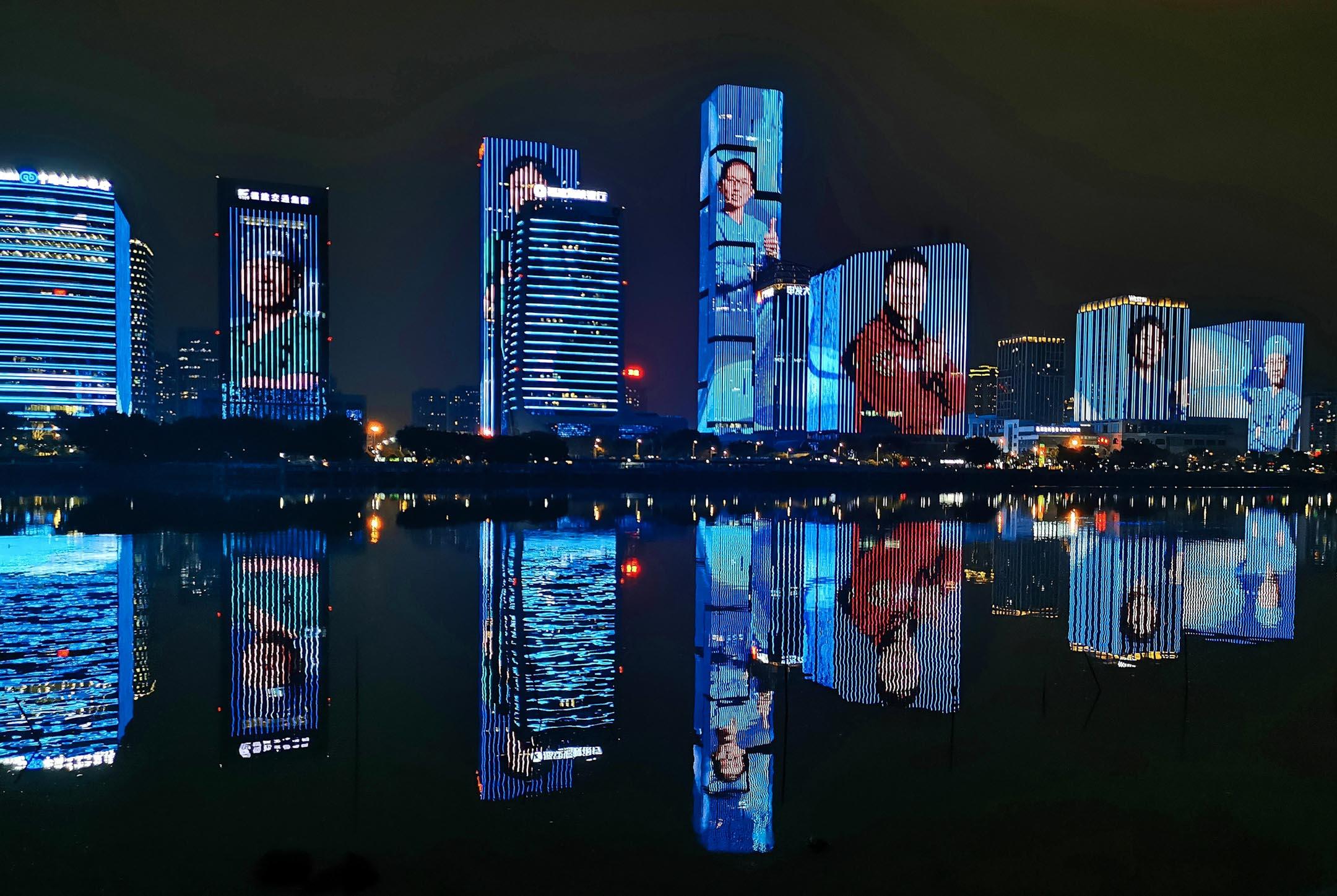 2020年3月18日,福州市的大廈外牆顯示了由福建省送至武漢抗疫的醫護照片。