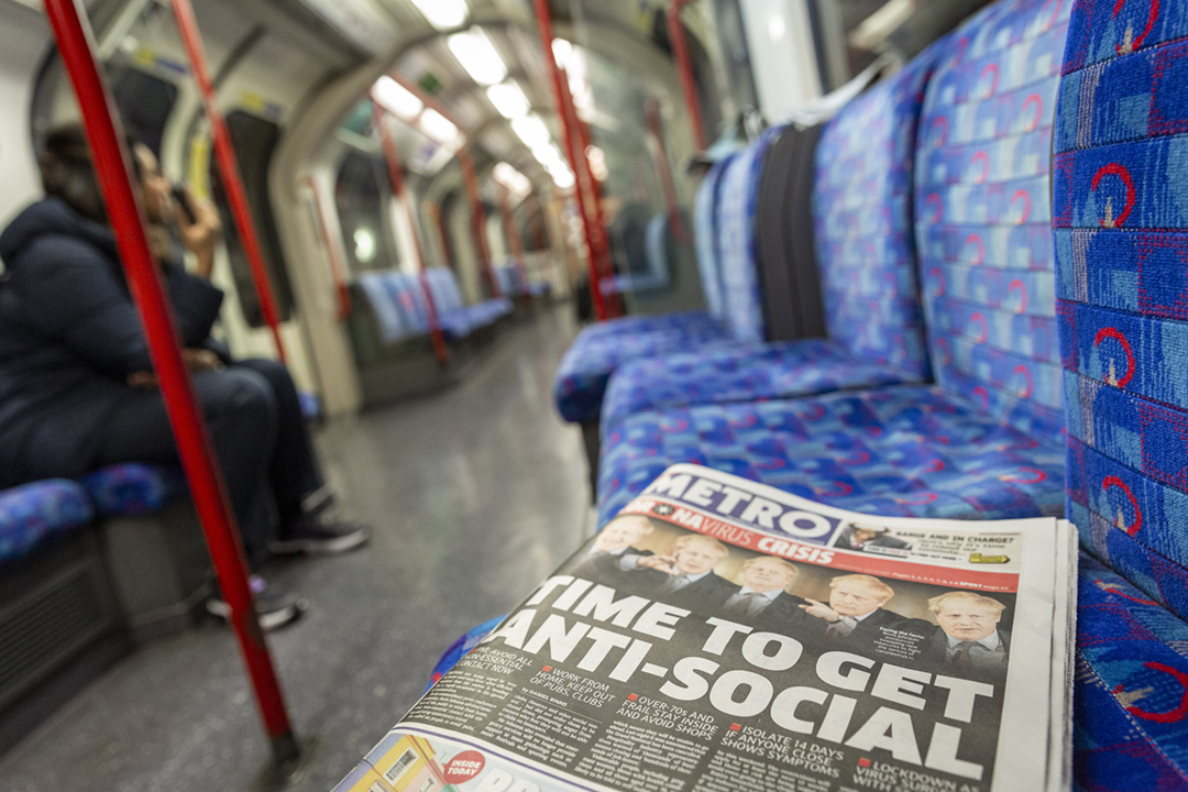 2020年3月17日,英國政府呼籲民眾避免不必要的行程及聚會後,倫敦金融區繁忙時段的地鐵車廂內罕有地顯得冷清。 攝:Jonathan Perugia / In Pictures