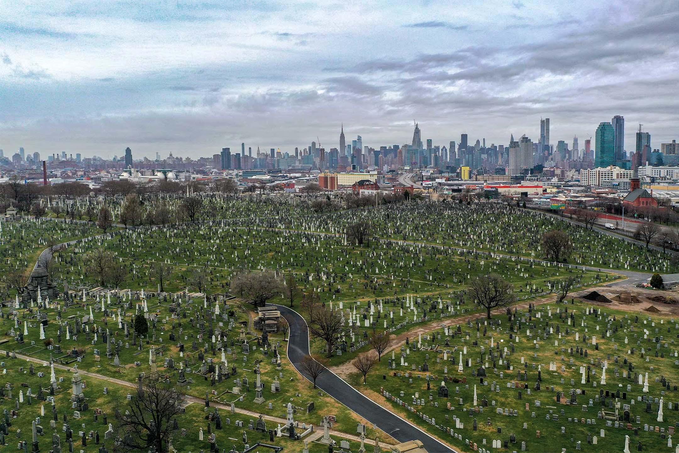 2020年3月28日2019冠狀病毒流行期間,紐約的一座公墓。