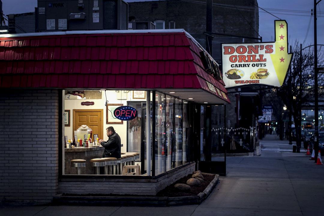 2020年3月16日,芝加哥,一位顧客在餐廳吃早餐。 攝:Scott Olson/Getty Images