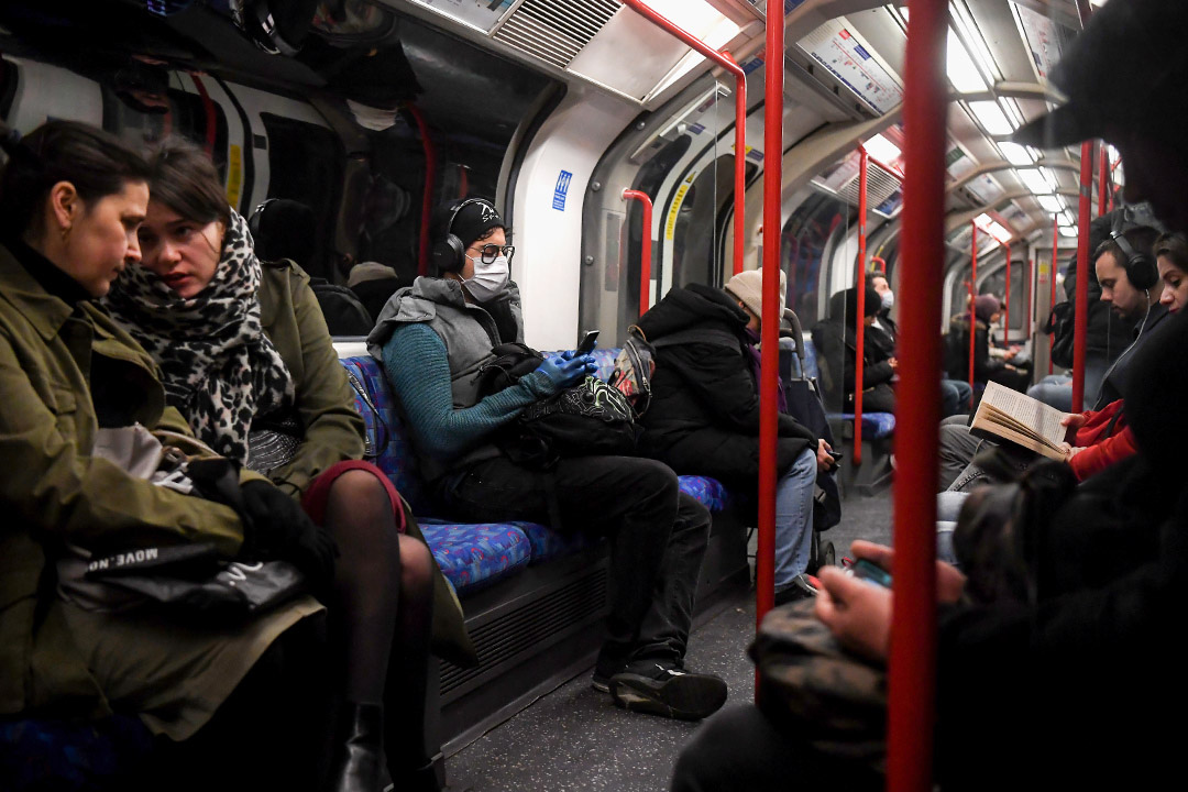 2020年3月22日,英國倫敦,市民戴著口罩在繁忙的地鐵車廂內。  攝:Alex Davidson/Getty Images