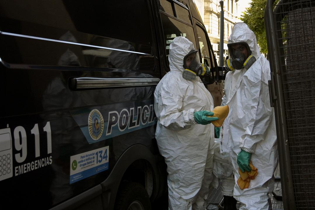 2020年3月16日,阿根廷的警員在布宜諾斯艾利斯準備替一輛貨車消毒。
