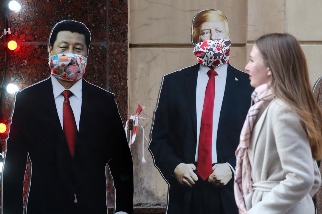 2020年3月20日,俄羅斯莫斯科街頭出現美國總統特朗普及中國國家主席習近平的紙板肖像,肖像帶上口罩。 攝:Sergei Savostyanov / TASS via Getty Images