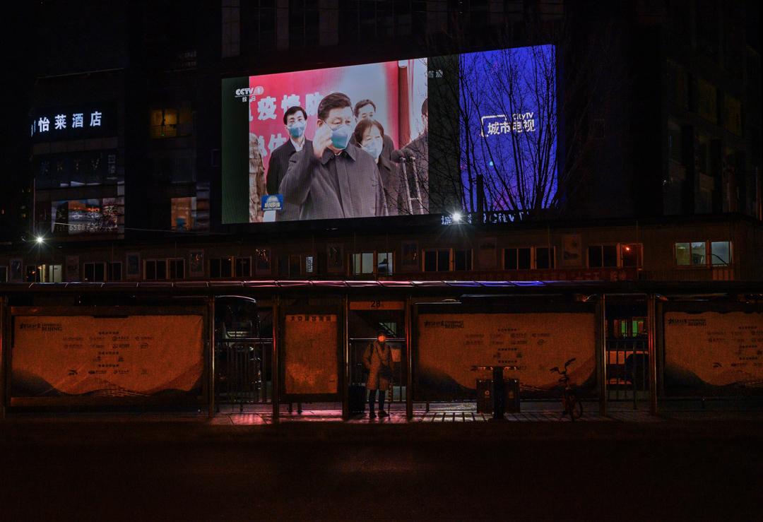 2020年中國北京,車站上的大螢幕播放著習近平有關疫情的講話片段。