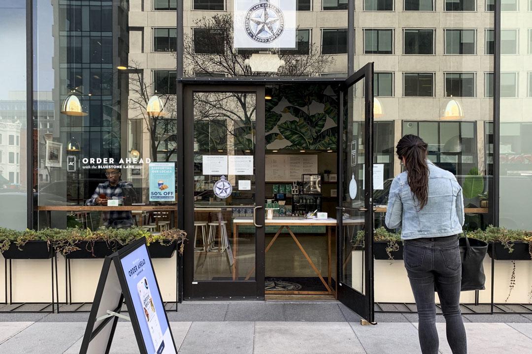 華盛頓特區的餐廳和咖啡館已經不提供堂食服務,一家店將餐桌擋在入口處,顧客只能在門外點餐。