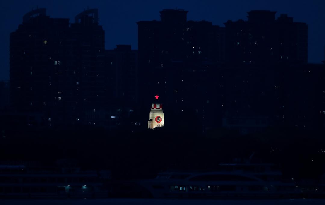 2020年3月20日,武漢抗洪紀念碑亮著燈。