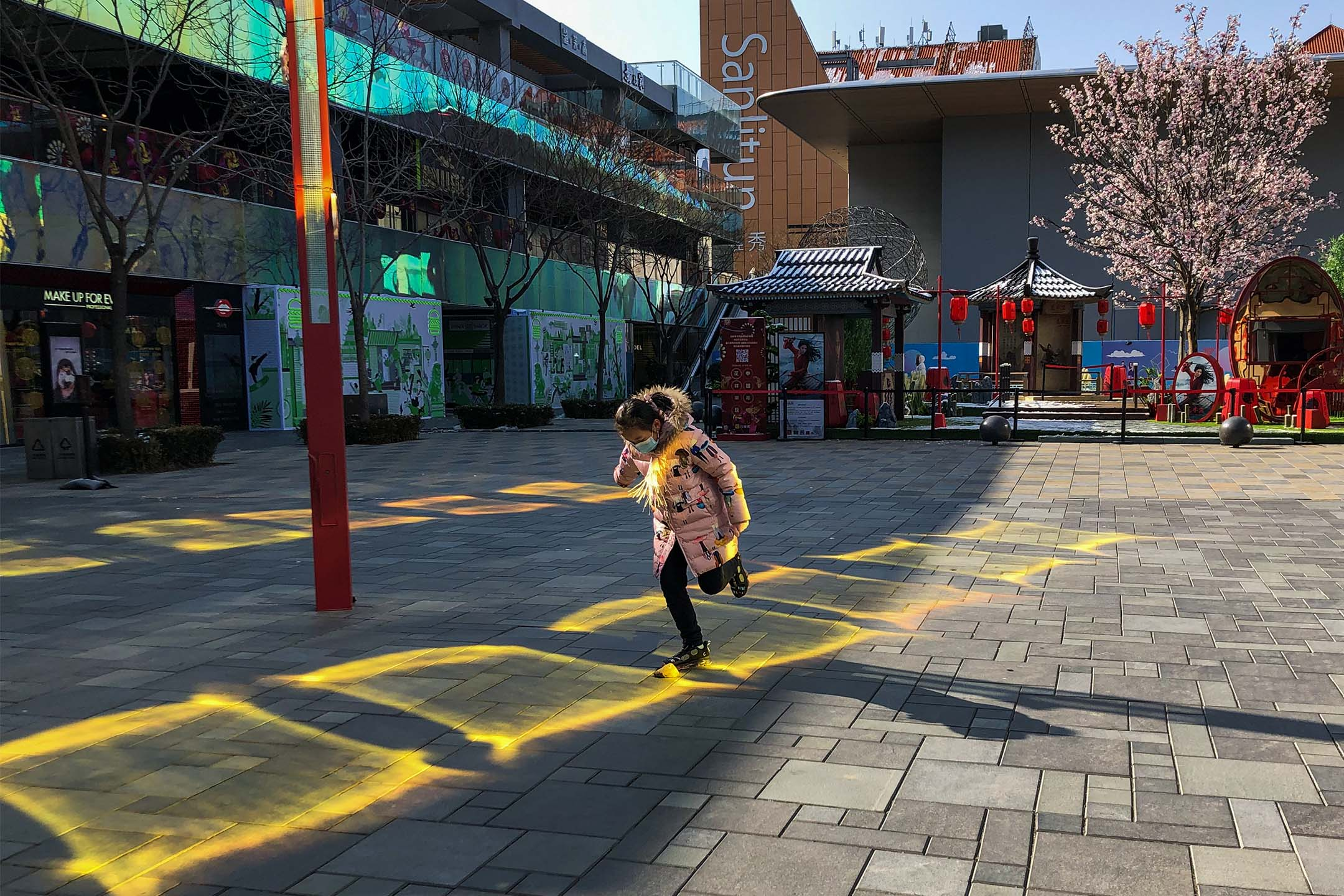 2020年2月17日北京,戴著口罩的女孩在商場玩耍。