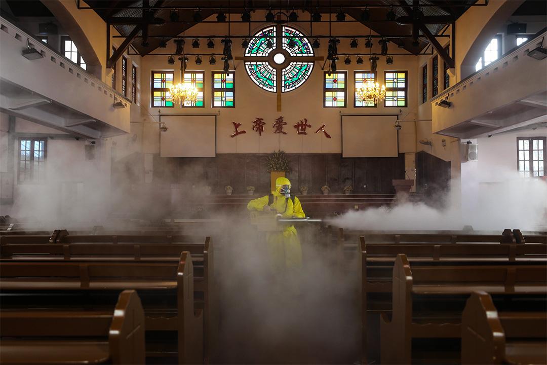 2020年3月6日,一名工人在中國湖北省武漢市的教堂進行消毒。