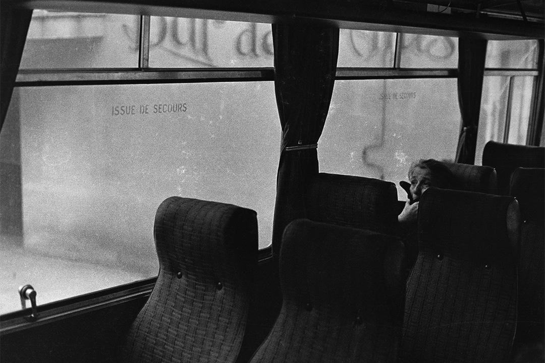 科西嘉長途車上孤獨老婦人(1976-1980)。