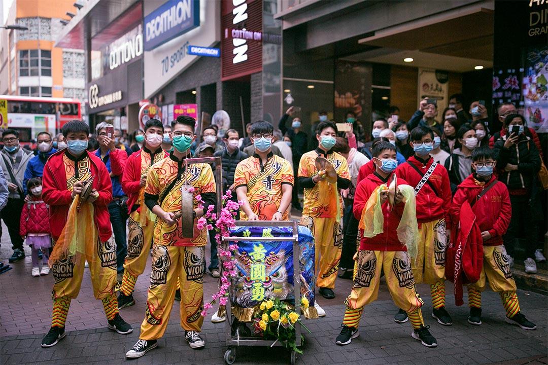 2020年2月1日,一班龍獅團的成員戴上口罩在旺角街頭表演。