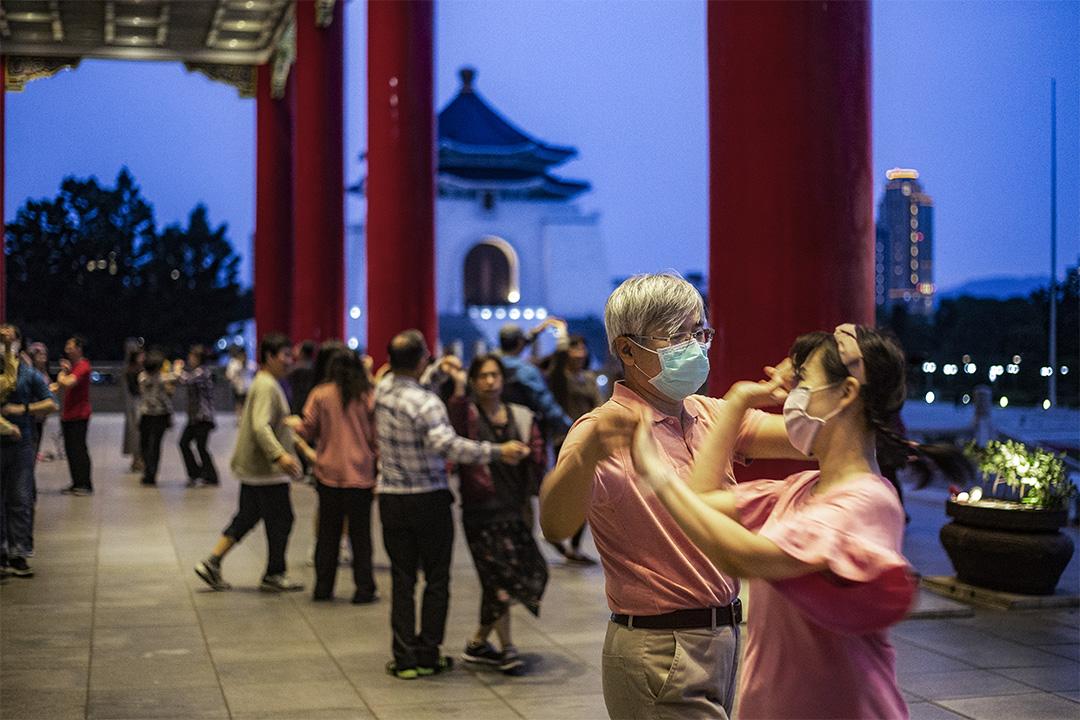 2020年3月30日台北中正紀念堂,市民在黃昏時戴著口罩跳舞。