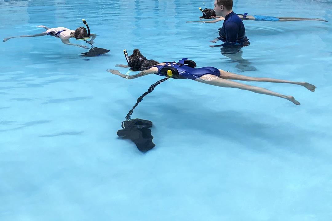 《Spaced Out》需要參加者在水中體驗,參加者需要換上泳裝及戴上基本的浮潛裝備,身上綁上一個腰封,整個人便會懸浮於水中9分鐘。