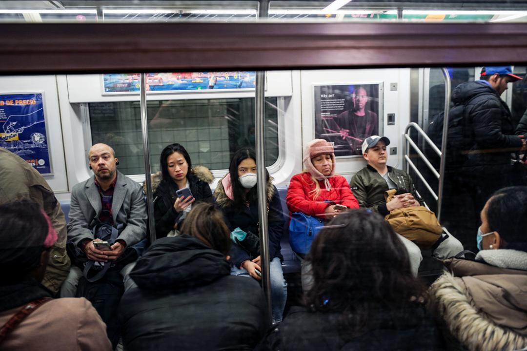 2020年3月3日美國,在紐約地下鐵車廂內,有乘客戴上口罩。