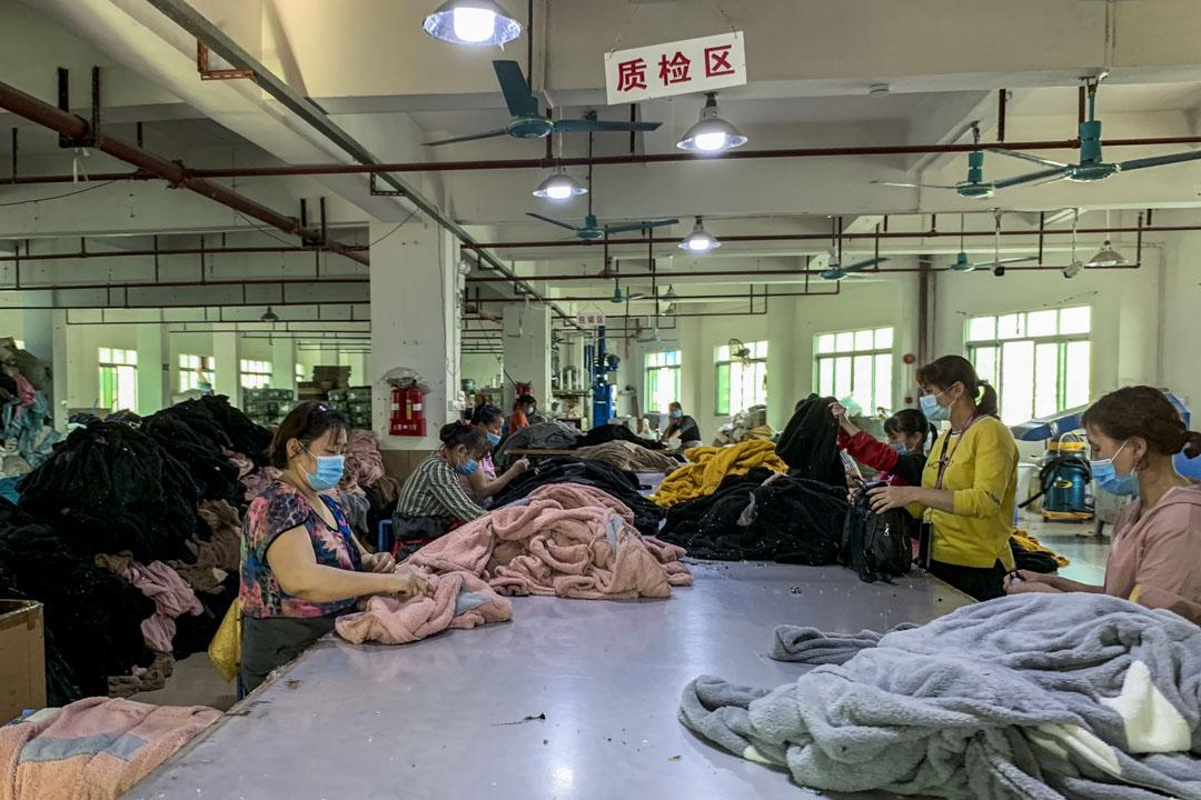 東莞虎門鎮,鄧仕川的製衣廠不再有出口訂單,他準備給質檢員工放假。 攝:來福/端傳媒