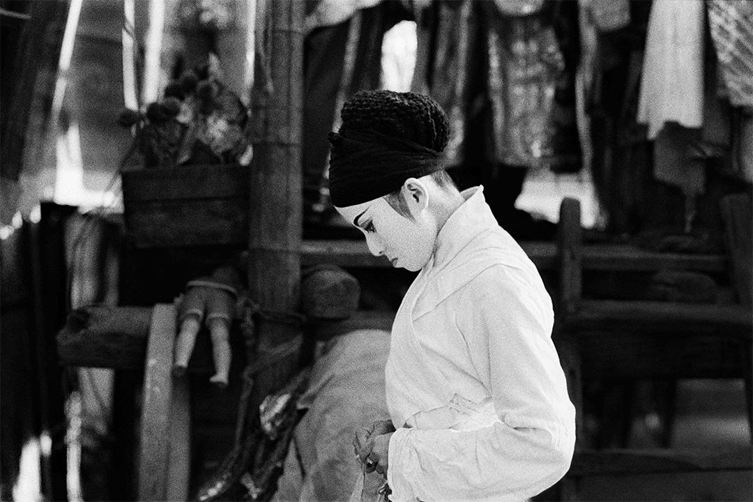 白色女伶與側光 (1978)。