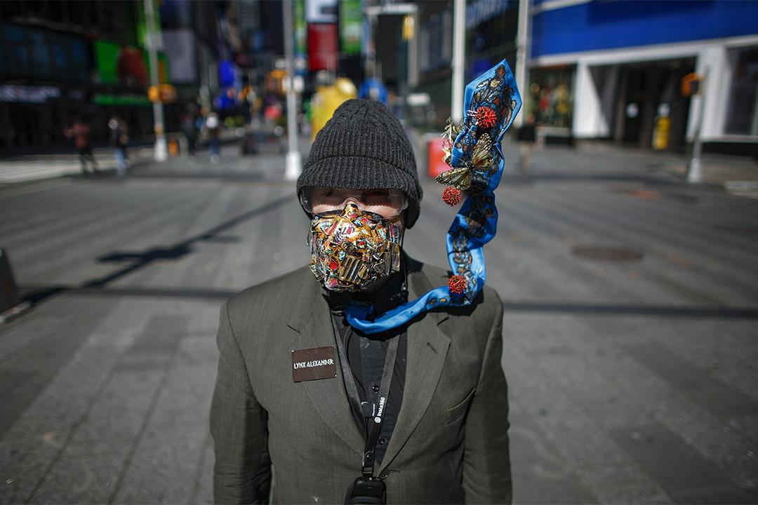 2020年3月22日,藝術家Line Alexander戴著口罩於紐約市時代廣場上演出。