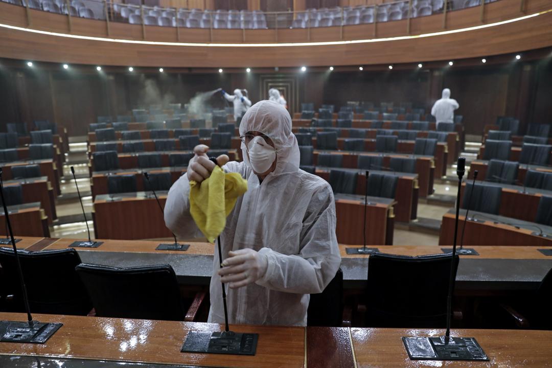 2020年3月10日,黎巴嫩國會會議廳正在進行消毒。