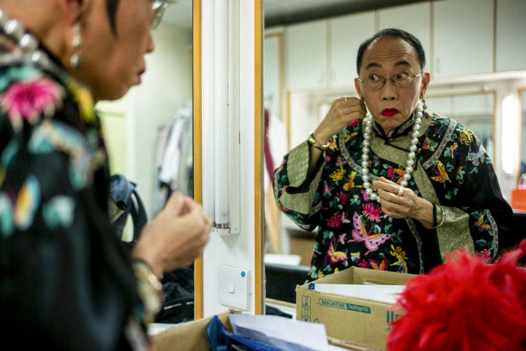 飾演「太后」的吳志森在化妝間戴上頭飾。