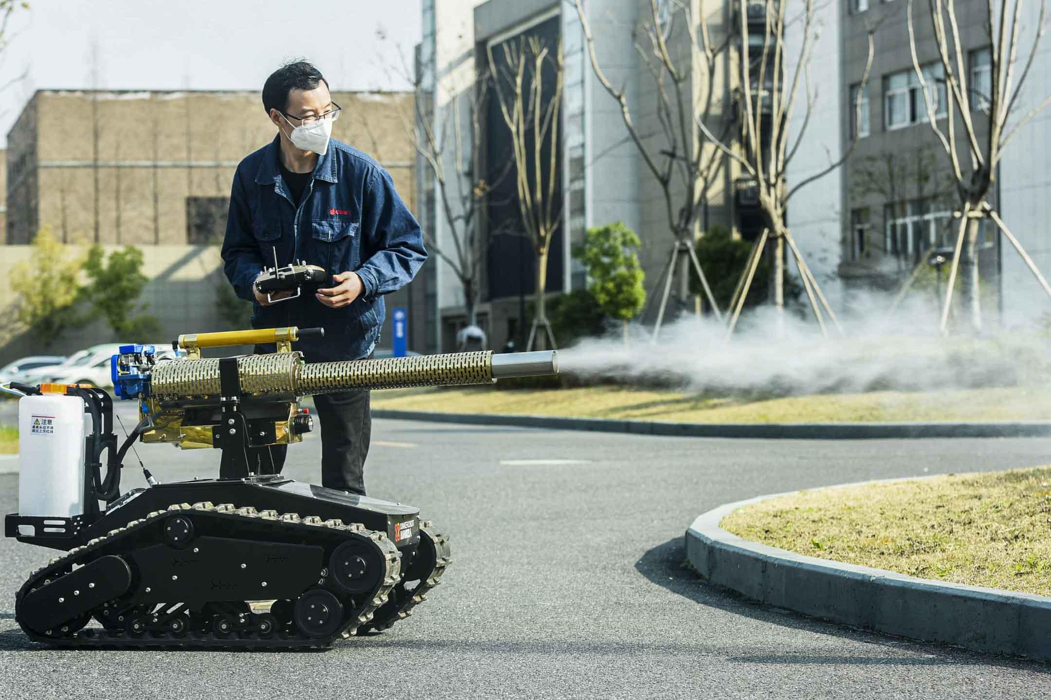 2020年2月25日,杭州市蕭山區,有人用智能機器人「雷神1號」進行消毒。 圖:IC photo