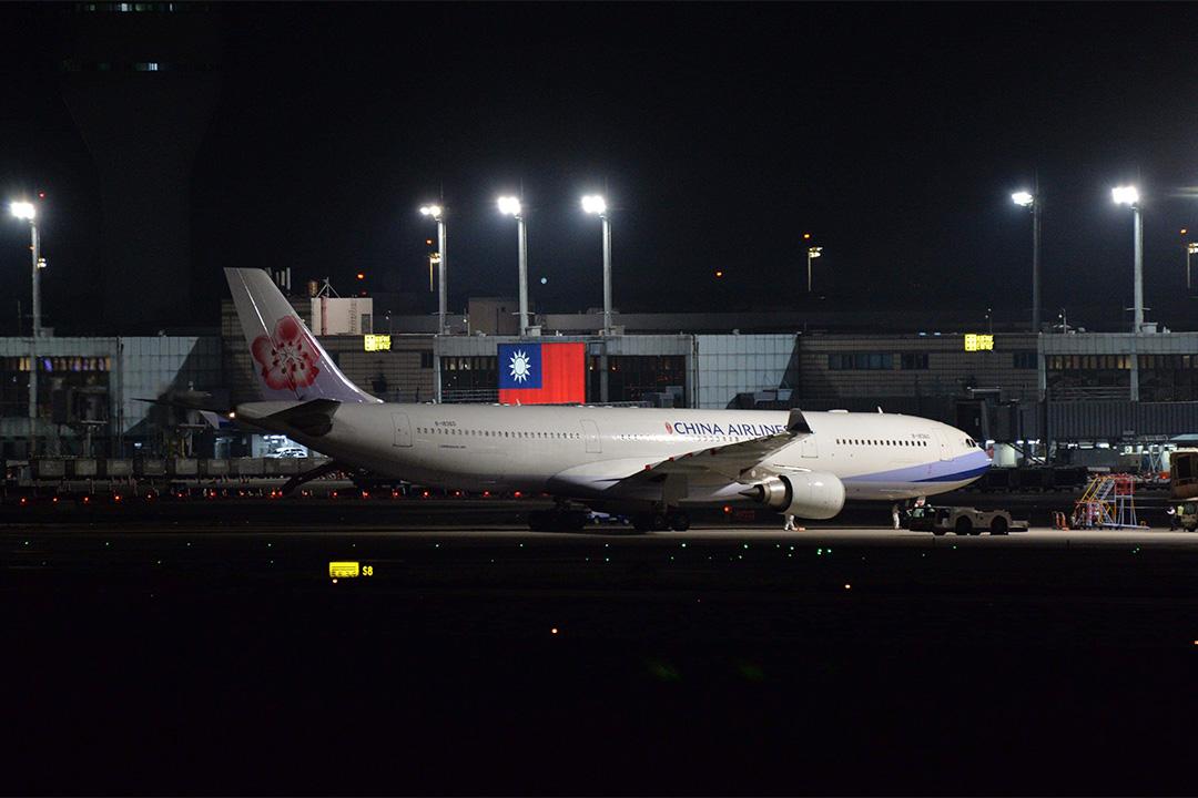 2020年3月10日深夜,華航包機由武漢飛抵桃園國際機場。 攝:林彥廷/端傳媒
