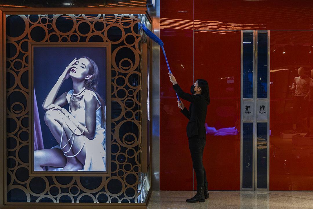 在2020年2月22日中國北京,一個無顧客的商城內。