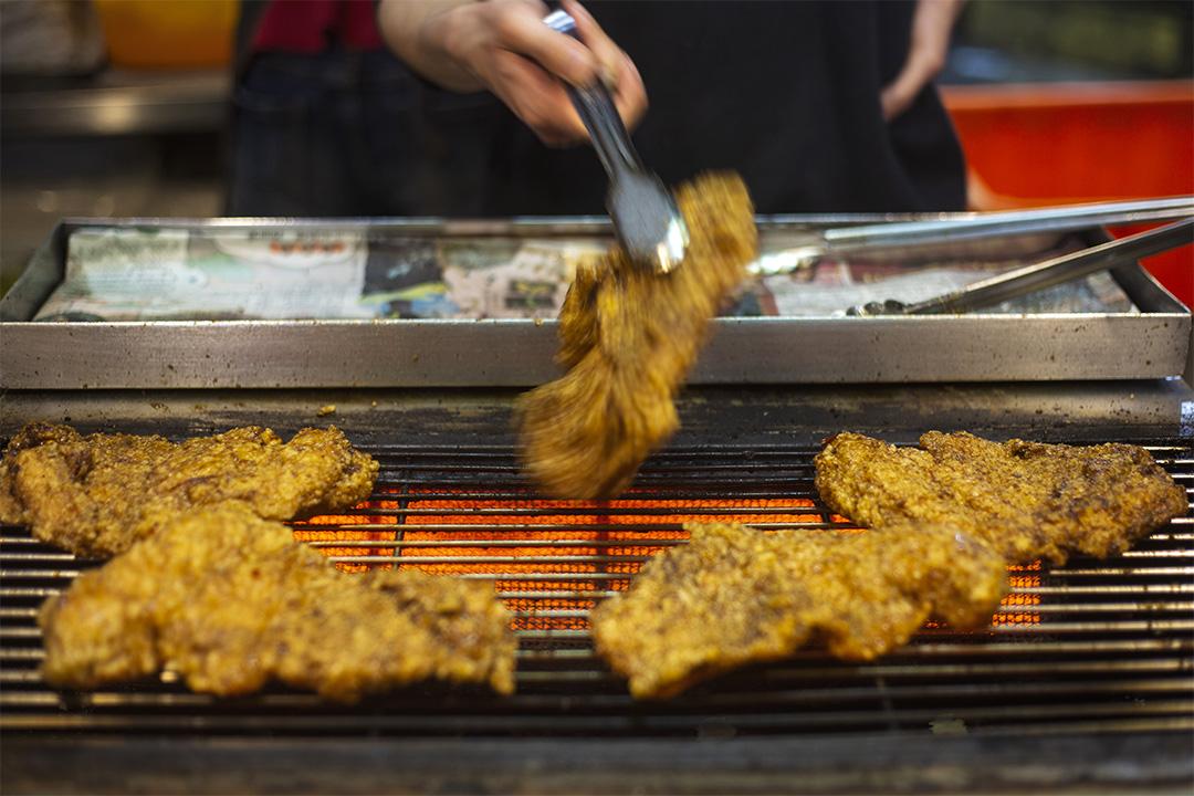 2020年3月11日士林夜市,一檔商販在賣雞排。